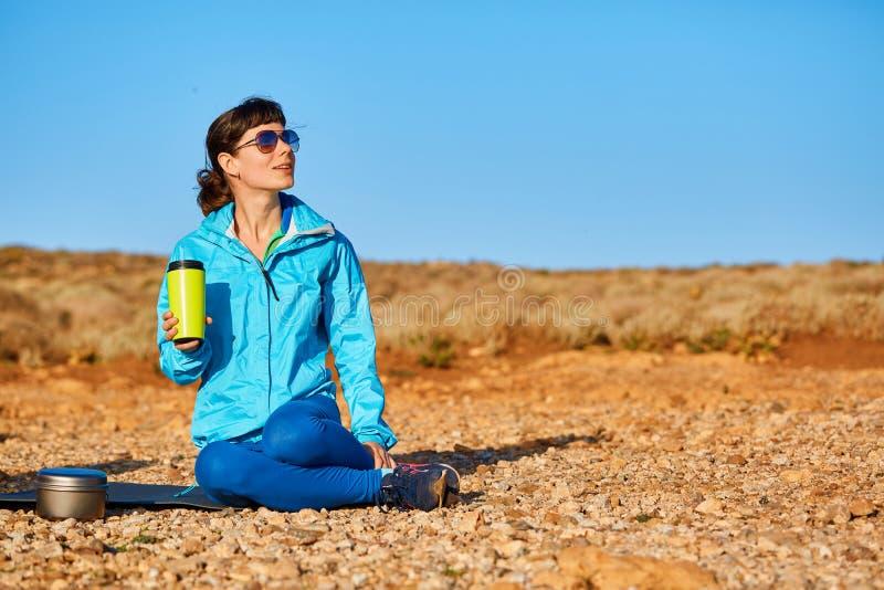 Η γυναίκα πίνει coffe στοκ εικόνα με δικαίωμα ελεύθερης χρήσης