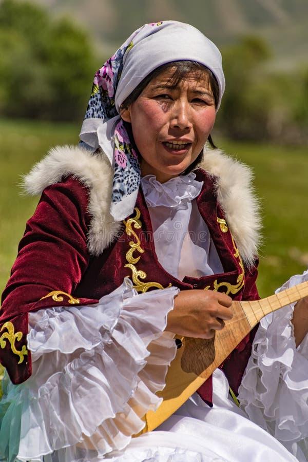 Η γυναίκα παίζει το παραδοσιακό όργανο σειράς στοκ φωτογραφίες