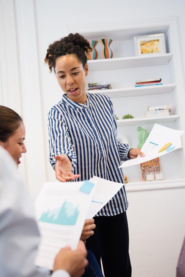 Η γυναίκα παίρνει τα έγγραφα γραφείων από τους συναδέλφους στοκ φωτογραφίες