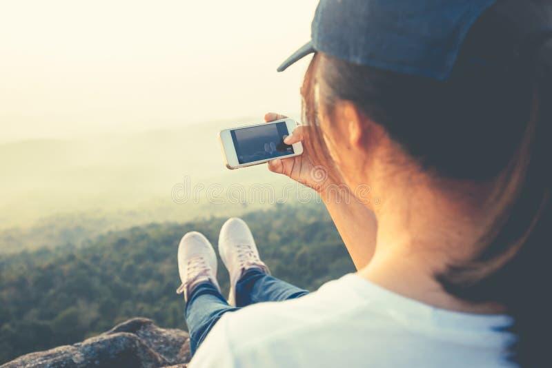 Η γυναίκα παίρνει την εικόνα της θέας βουνού στοκ εικόνες