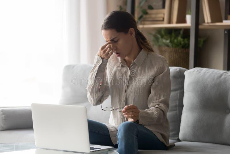 Η γυναίκα παίρνει το σπάσιμο από τα λειτουργώντας απογειωμένος γυαλιά μειώνει eyestrain στοκ εικόνες