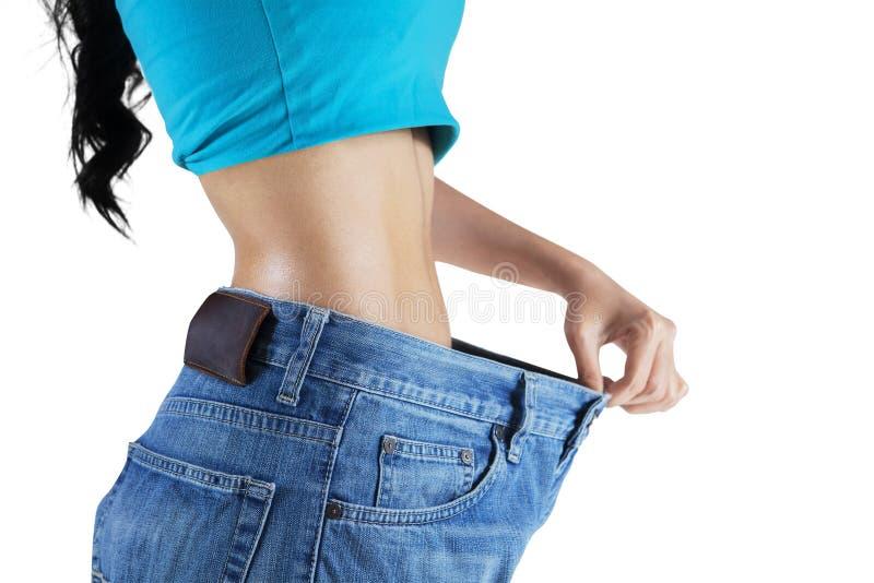 Η γυναίκα παρουσιάζει απώλεια βάρους της στοκ εικόνες με δικαίωμα ελεύθερης χρήσης