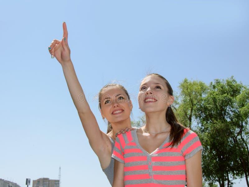 Η γυναίκα παρουσιάζει στο φίλο της ένα χέρι στον ουρανό στοκ φωτογραφίες