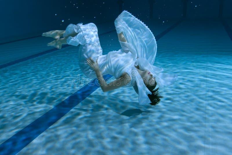 Η γυναίκα παρουσιάζει υποβρύχια επίδειξη στοκ φωτογραφία