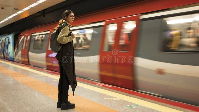 Η γυναίκα περιμένει το τραίνο στον υπόγειο στοκ φωτογραφία με δικαίωμα ελεύθερης χρήσης