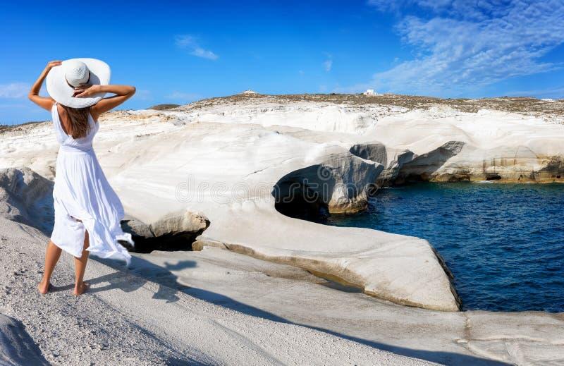 Η γυναίκα περπατά μέσω του ηφαιστειακού τοπίου Sarakiniko στο ελληνικό νησί της Μήλου στοκ εικόνα