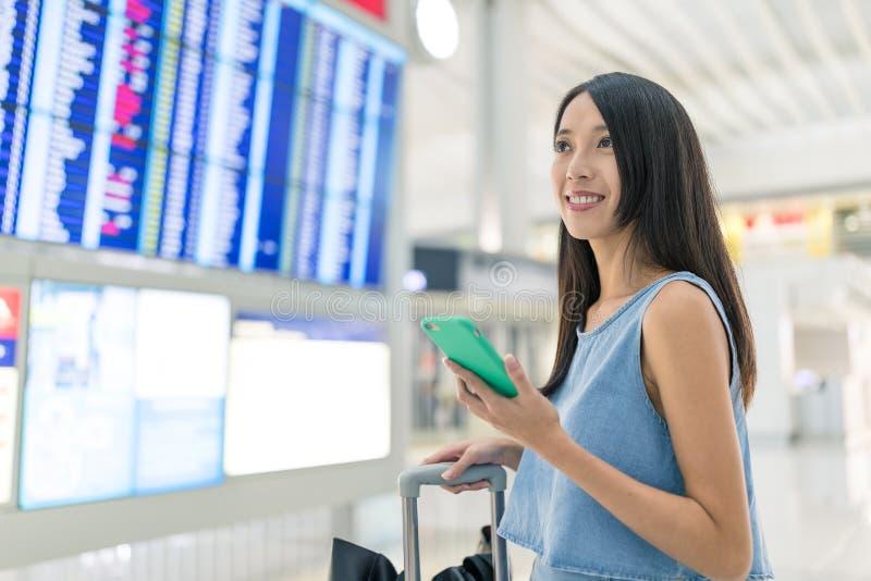 Η γυναίκα πηγαίνει ταξίδι στον αερολιμένα στοκ εικόνα