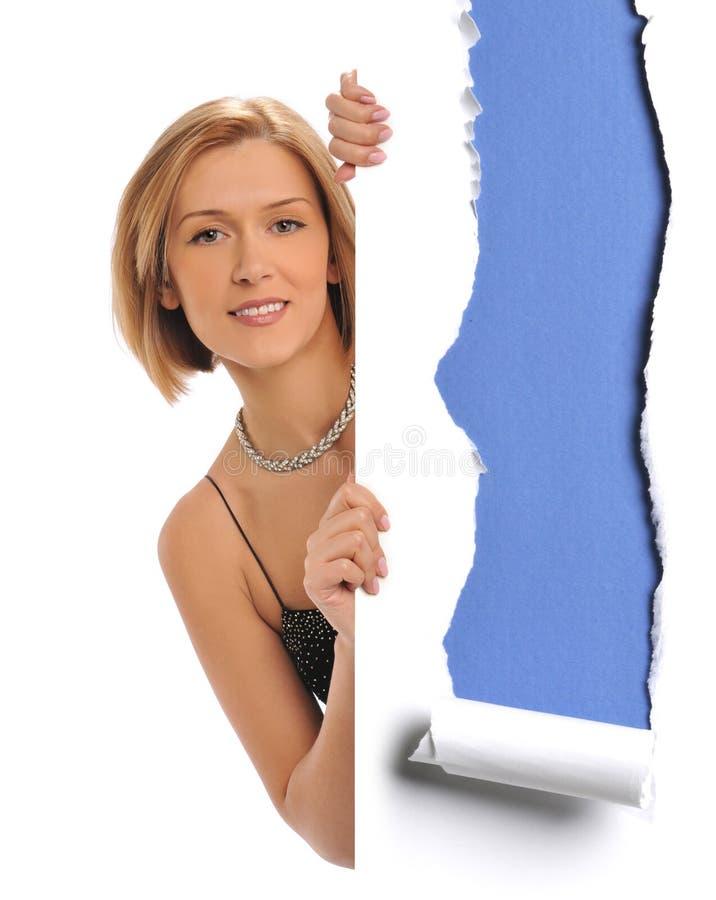 Η γυναίκα που κρατά ένα έγγραφο στοκ φωτογραφία με δικαίωμα ελεύθερης χρήσης