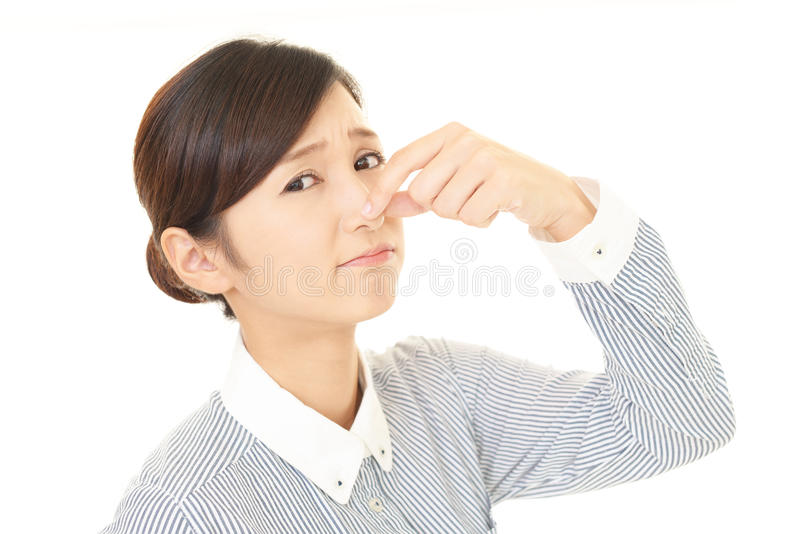 Η γυναίκα που κρατά μια μύτη στον έλεγχο στοκ φωτογραφία