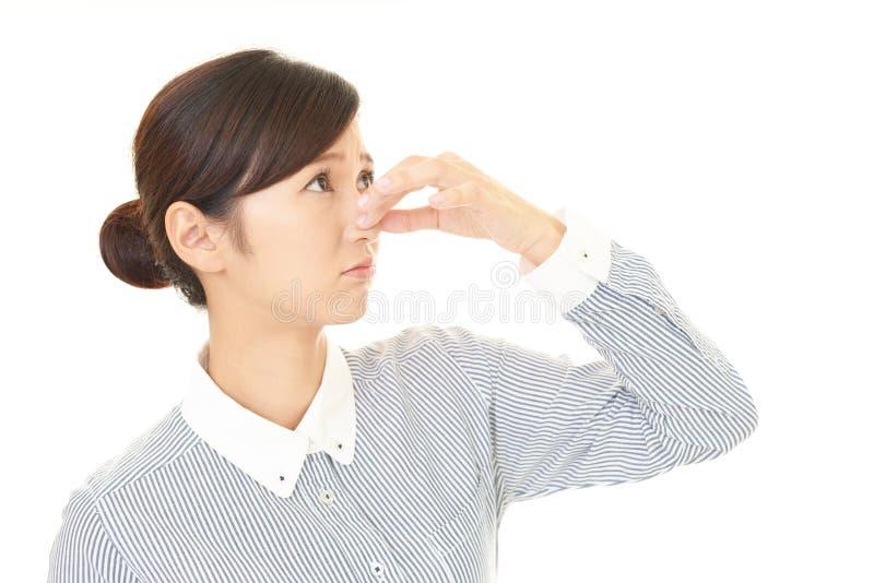 Η γυναίκα που κρατά μια μύτη στον έλεγχο στοκ εικόνες με δικαίωμα ελεύθερης χρήσης