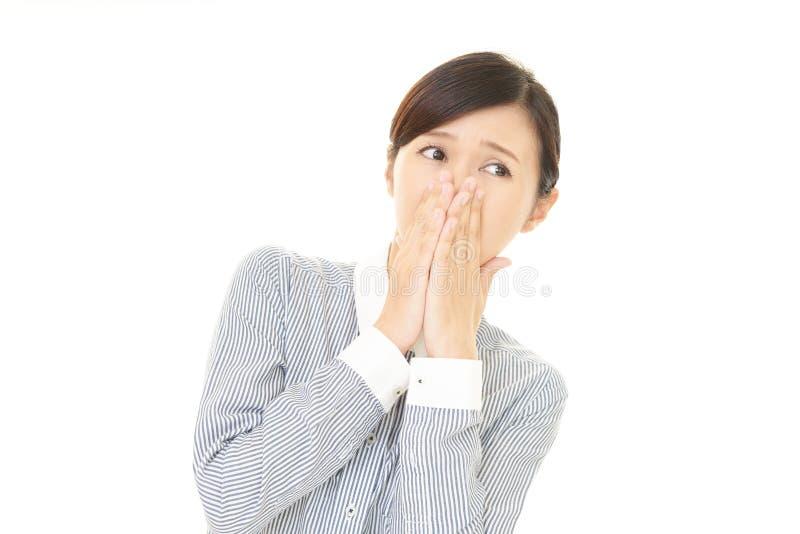 Η γυναίκα που κρατά μια μύτη στον έλεγχο στοκ εικόνα με δικαίωμα ελεύθερης χρήσης