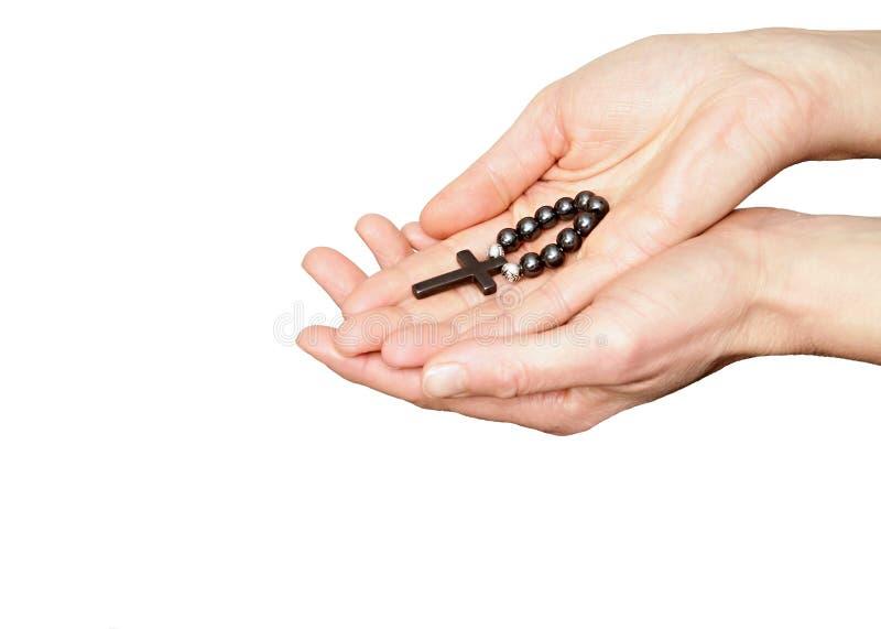 Η γυναίκα που κρατά rosary διακοσμεί το σταυρό στα χέρια της με χάντρες στοκ φωτογραφία με δικαίωμα ελεύθερης χρήσης