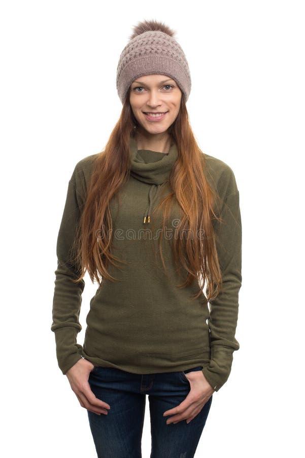 Η γυναίκα που φορά το παλτό δεράτων και πλέκει το καπέλο στοκ εικόνες