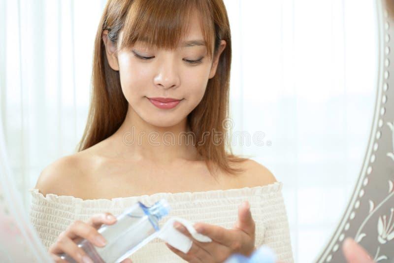 Η γυναίκα που φροντίζει το πρόσωπό της στοκ εικόνα με δικαίωμα ελεύθερης χρήσης