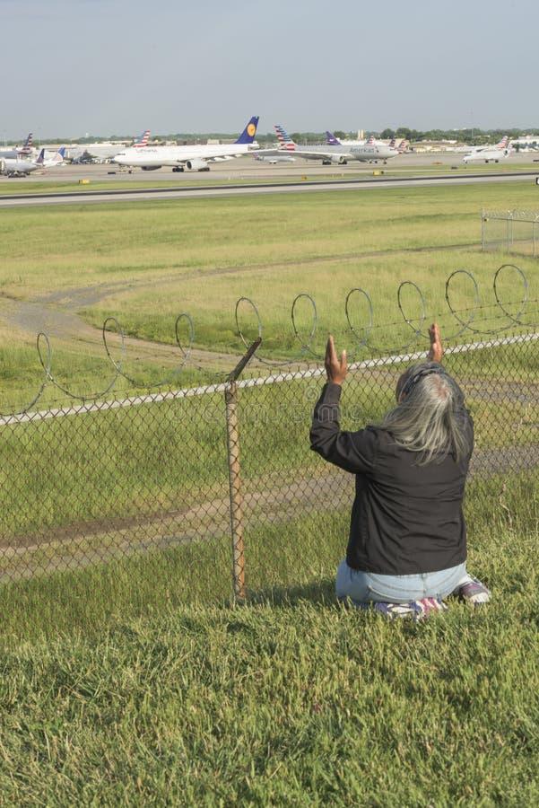 Η γυναίκα προσεύχεται και τα άσματα στον αερολιμένα αγνοούν στοκ φωτογραφίες με δικαίωμα ελεύθερης χρήσης