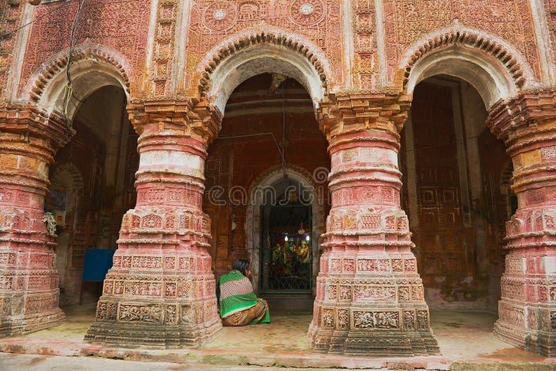 Η γυναίκα προσεύχεται στον ινδό ναό Pancharatna Govinda σε Puthia, Μπανγκλαντές στοκ εικόνες