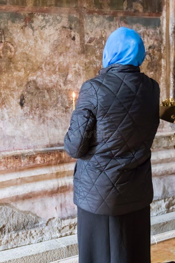 Η γυναίκα προσεύχεται στον καθεδρικό ναό Svetitskhoveli στοκ εικόνες με δικαίωμα ελεύθερης χρήσης