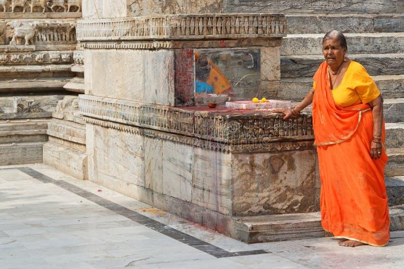 Η γυναίκα προσεύχεται στο ναό Jagdish στοκ φωτογραφία με δικαίωμα ελεύθερης χρήσης