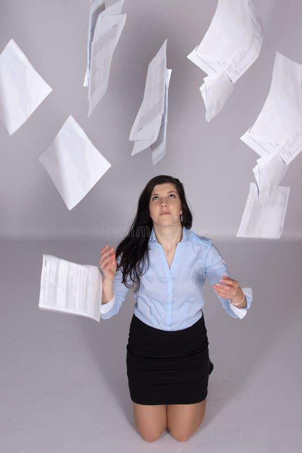 Η γυναίκα ρίχνει έξω το έγγραφο στον αέρα στοκ εικόνα με δικαίωμα ελεύθερης χρήσης