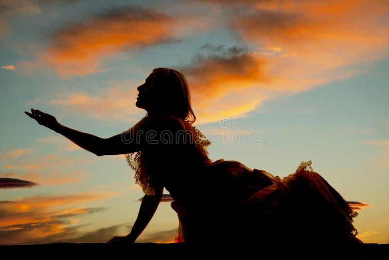 Η γυναίκα σκιαγραφιών κάθεται τη μεγάλη προσιτότητα φορεμάτων στοκ φωτογραφίες