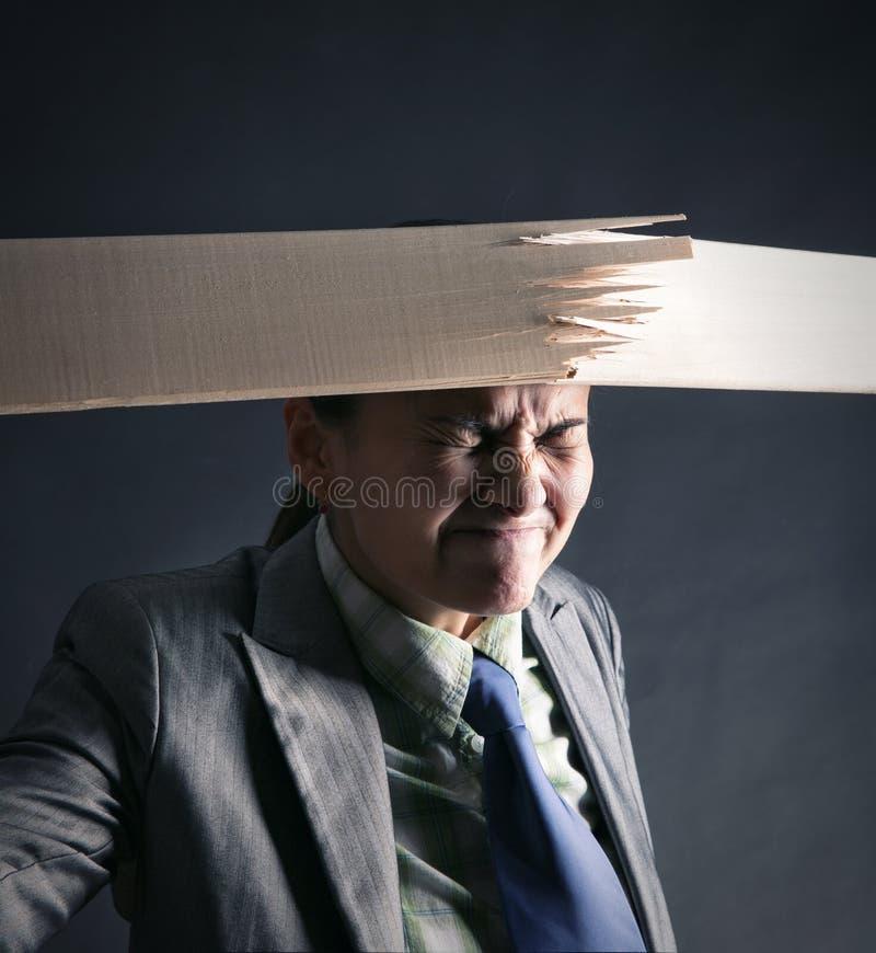 Η γυναίκα σπάζει την ξύλινη λουρίδα στοκ εικόνες