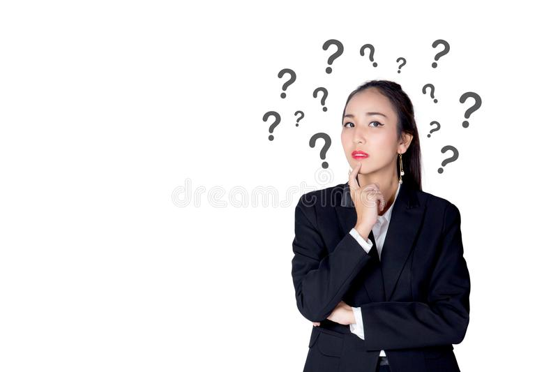 Η γυναίκα στέκεται με τα ερωτηματικά που απομονώνονται στο άσπρο backgro στοκ φωτογραφίες