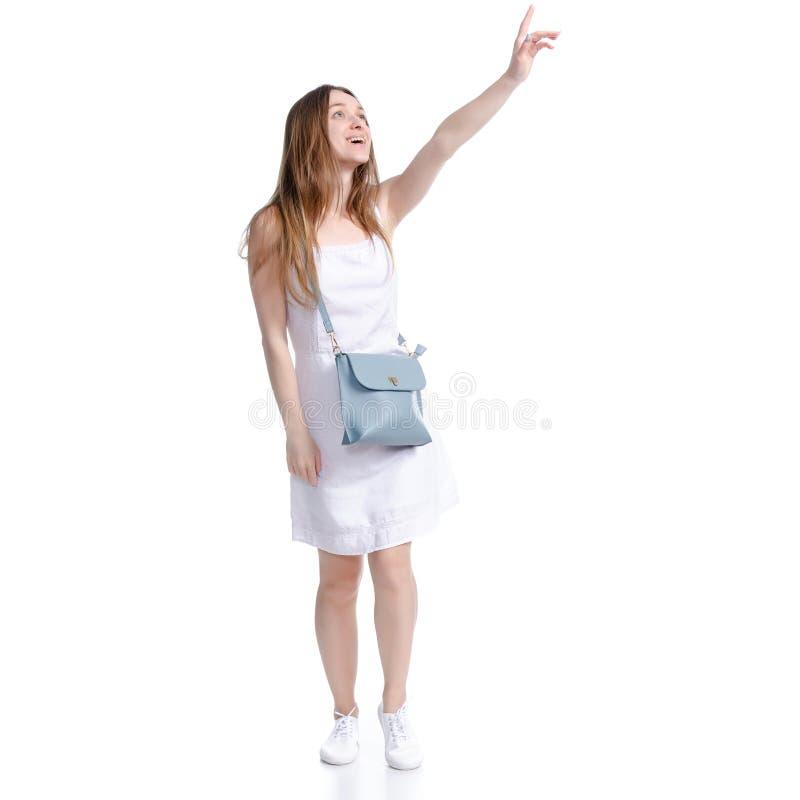 Η γυναίκα στο άσπρο φόρεμα με την τσάντα που φαίνεται περπατώντας πηγαίνει υπόδειξη στοκ εικόνες