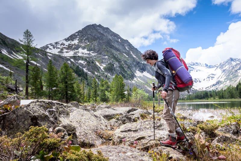 Η γυναίκα στο ίχνος στη λίμνη στα βουνά Altai στοκ φωτογραφία με δικαίωμα ελεύθερης χρήσης