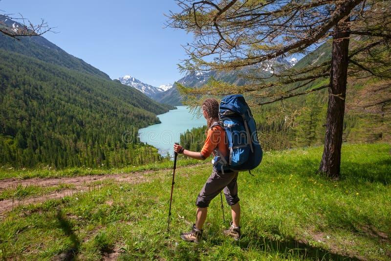 Η γυναίκα στο ίχνος στη λίμνη στα βουνά Altai στοκ εικόνα με δικαίωμα ελεύθερης χρήσης