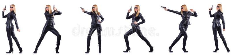 Η γυναίκα στο κοστούμι δέρματος με το πυροβόλο όπλο που απομονώνεται στο λευκό στοκ φωτογραφία με δικαίωμα ελεύθερης χρήσης