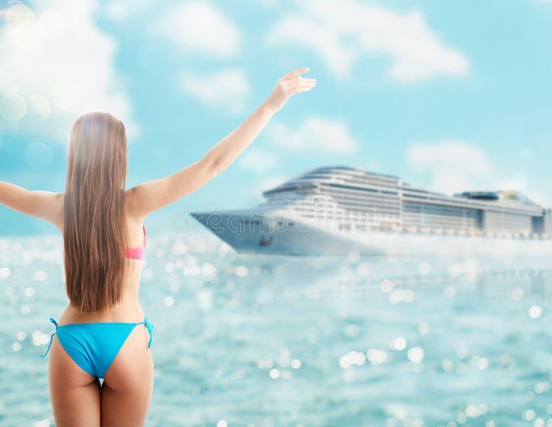 Η γυναίκα στο μπικίνι απολαμβάνει το ταξίδι της με ένα κρουαζιερόπλοιο στοκ εικόνα