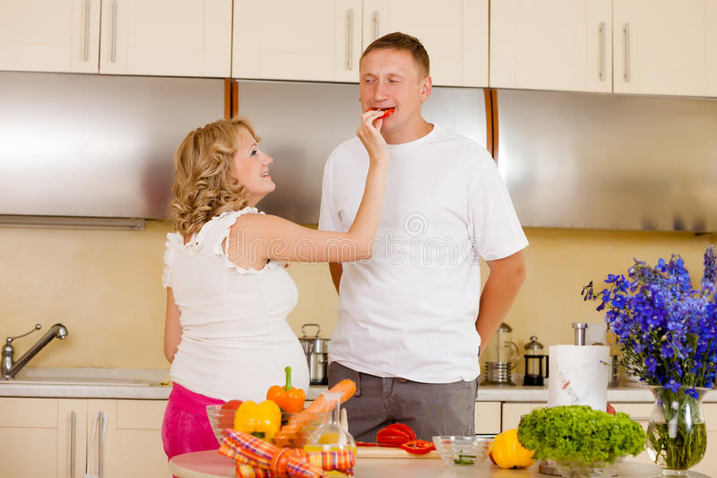 Η γυναίκα ταΐζει το σύζυγό της με τα λαχανικά στοκ φωτογραφία με δικαίωμα ελεύθερης χρήσης