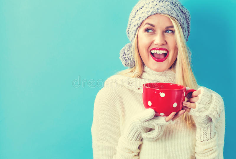 Η γυναίκα το χειμώνα ντύνει τον καφέ κατανάλωσης στοκ φωτογραφίες με δικαίωμα ελεύθερης χρήσης