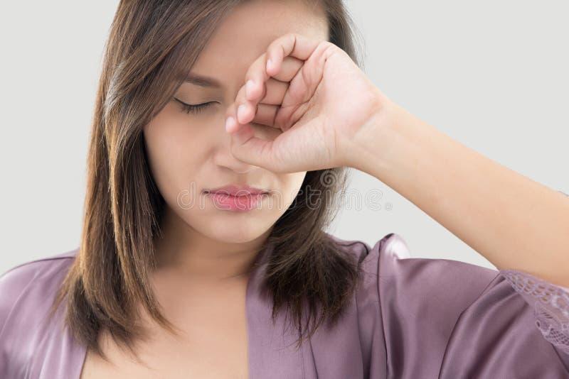 Η γυναίκα τρίβει το μάτι της με ένα δάχτυλο στοκ φωτογραφίες με δικαίωμα ελεύθερης χρήσης