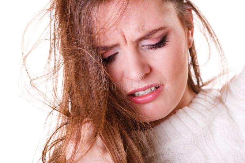 Η γυναίκα τραβά την τρίχα με τα προβλήματα στοκ φωτογραφίες