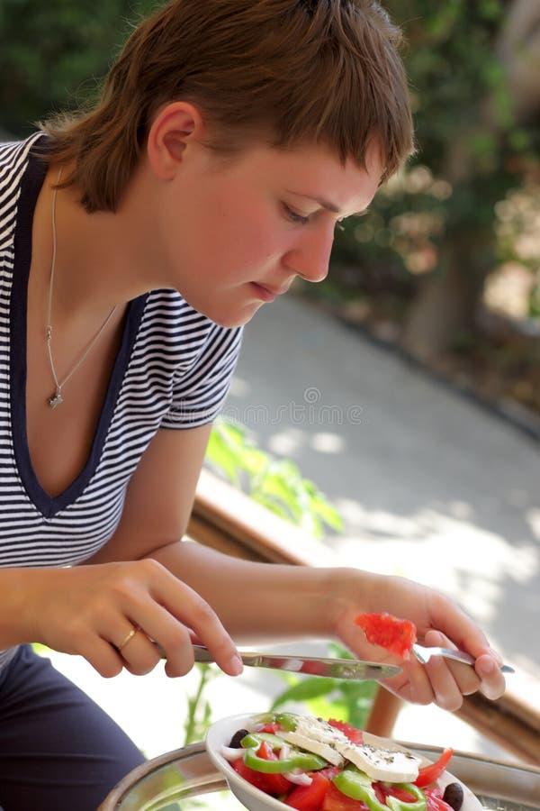 Η γυναίκα τρώει τη σαλάτα στοκ εικόνα