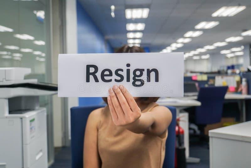 Η γυναίκα υποβάλλει ένα γράμμα παραίτησης στην αρχή στο τέλος του χρόνου στοκ φωτογραφίες