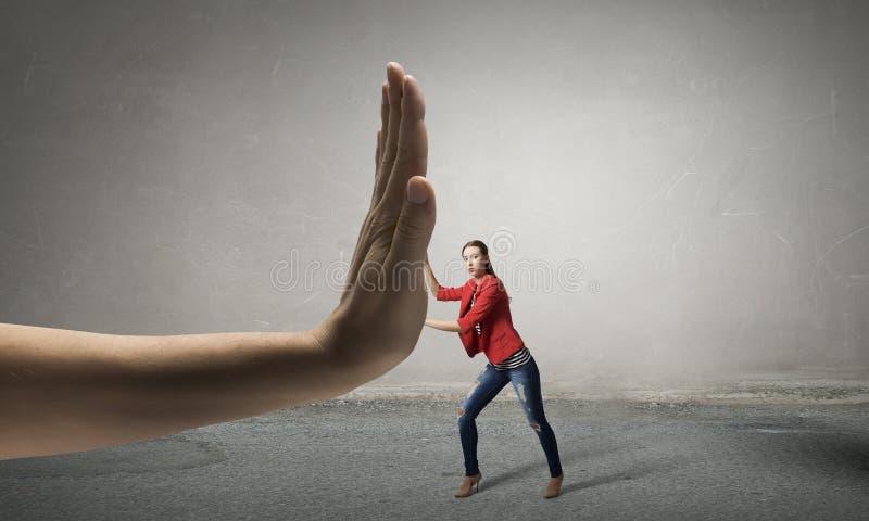 Η γυναίκα υποβάλλεται στη δύναμη αρχής Μικτά μέσα στοκ φωτογραφία