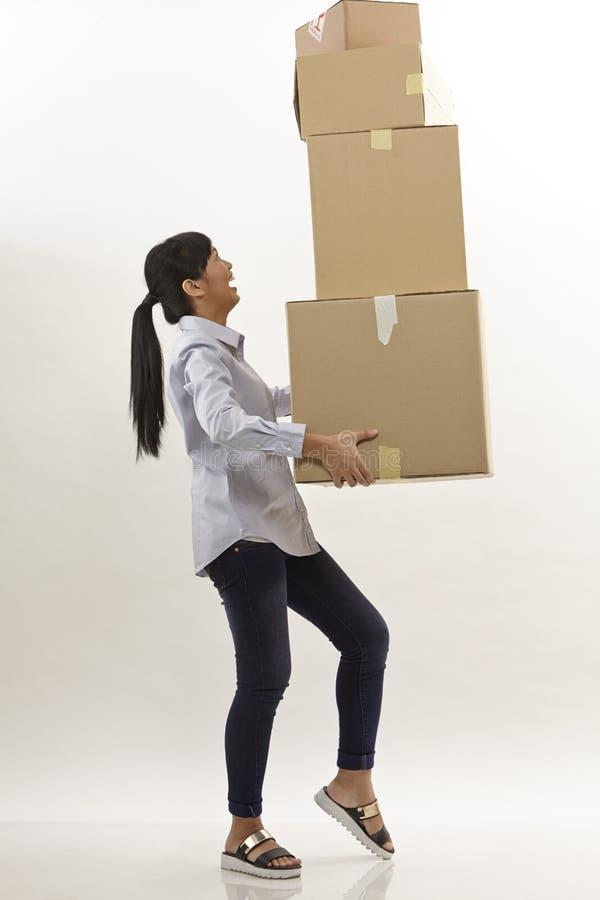 Η γυναίκα φέρνει τα κιβώτια στοκ εικόνα με δικαίωμα ελεύθερης χρήσης