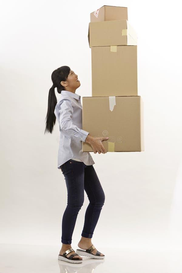 Η γυναίκα φέρνει τα κιβώτια στοκ φωτογραφίες
