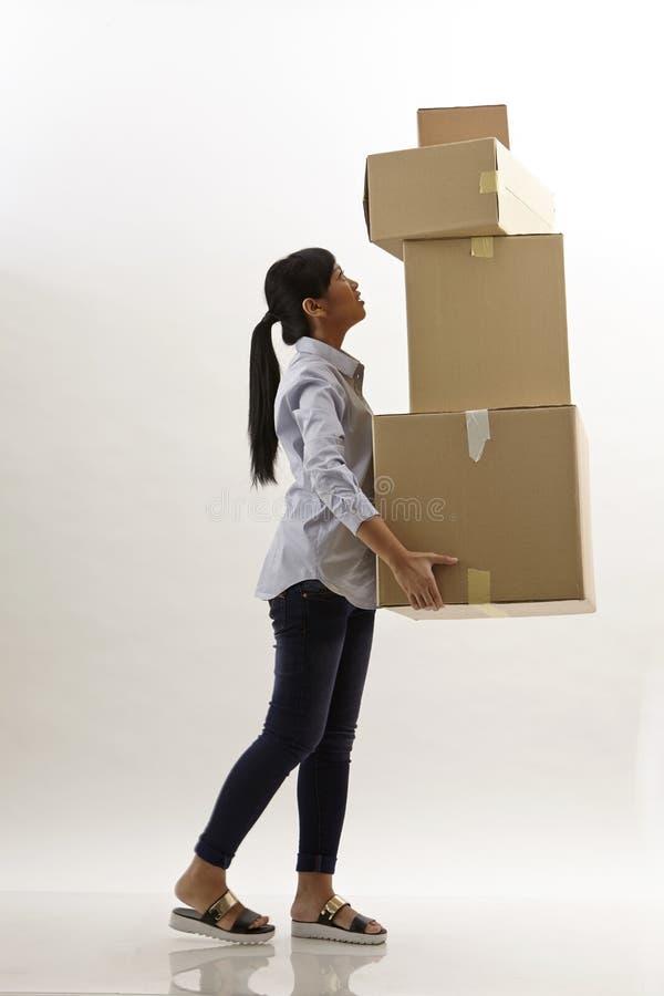 Η γυναίκα φέρνει τα κιβώτια στοκ φωτογραφία