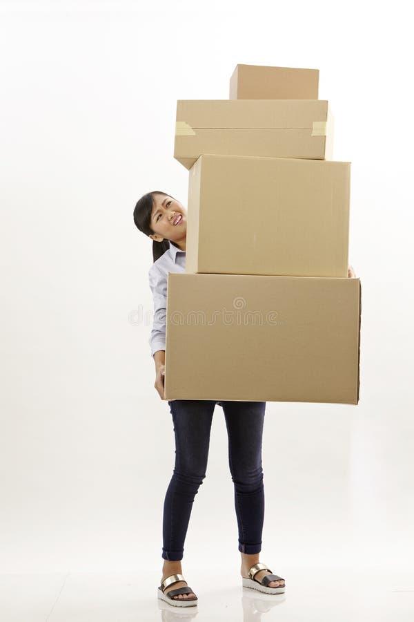 Η γυναίκα φέρνει τα κιβώτια στοκ εικόνα