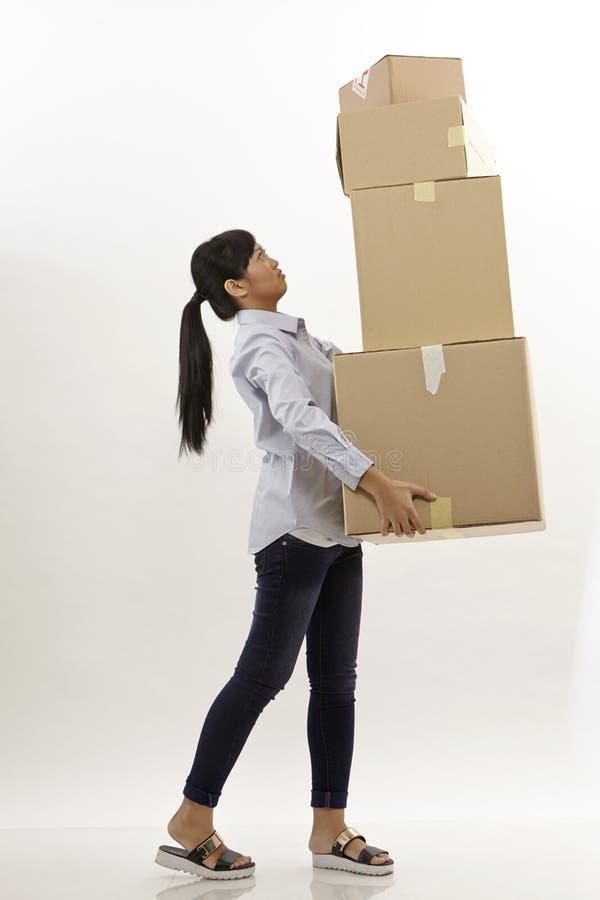 Η γυναίκα φέρνει τα κιβώτια στοκ φωτογραφία με δικαίωμα ελεύθερης χρήσης