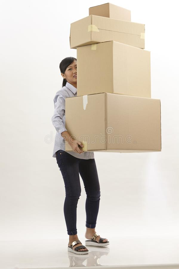 Η γυναίκα φέρνει τα κιβώτια στοκ εικόνες