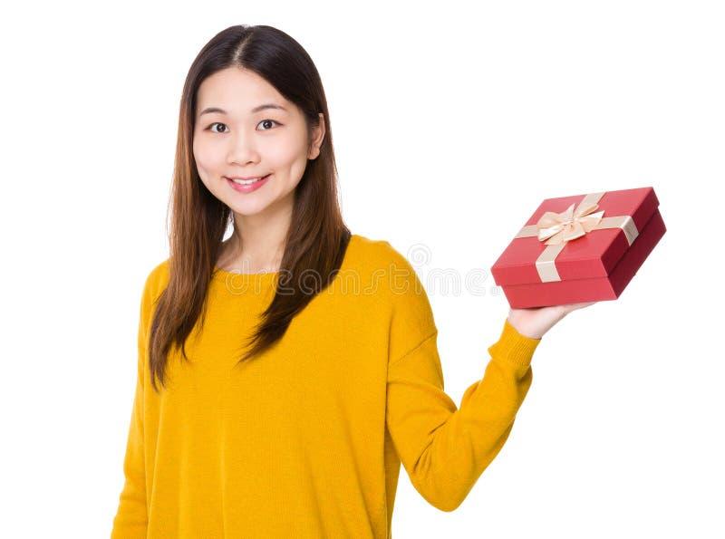 Η γυναίκα φέρνει του κόκκινου παρόντος κιβωτίου στοκ εικόνες