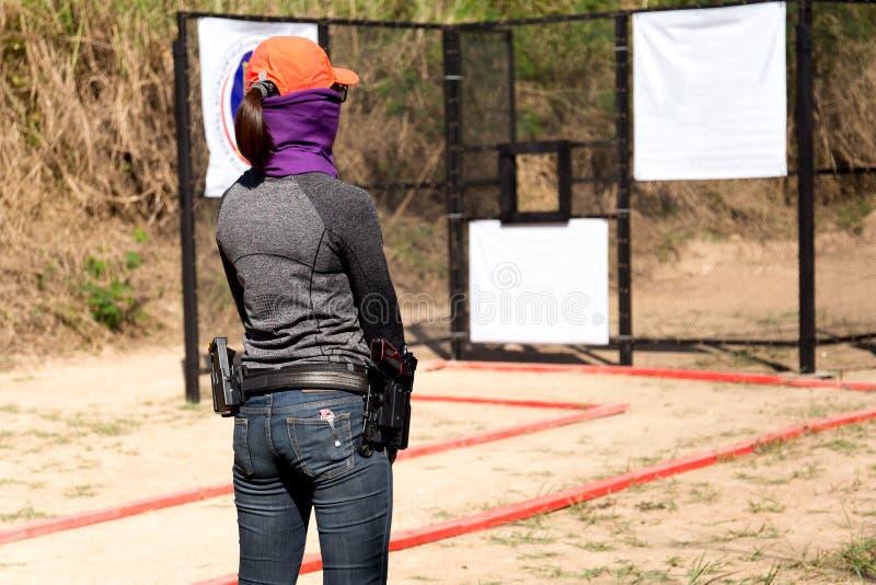 Η γυναίκα φέρνει το πυροβόλο όπλο στη ζώνη του στοκ φωτογραφία