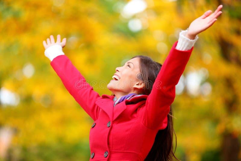 Η γυναίκα φθινοπώρου/πτώσης ευτυχής στην ελεύθερη ελευθερία θέτει στοκ φωτογραφίες με δικαίωμα ελεύθερης χρήσης
