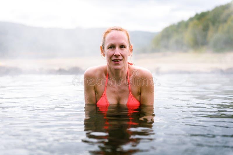 Η γυναίκα χαλαρώνει και απολαμβάνει τη φυσική καυτή θερμική ρωμαϊκή SPA νερού στοκ εικόνες με δικαίωμα ελεύθερης χρήσης