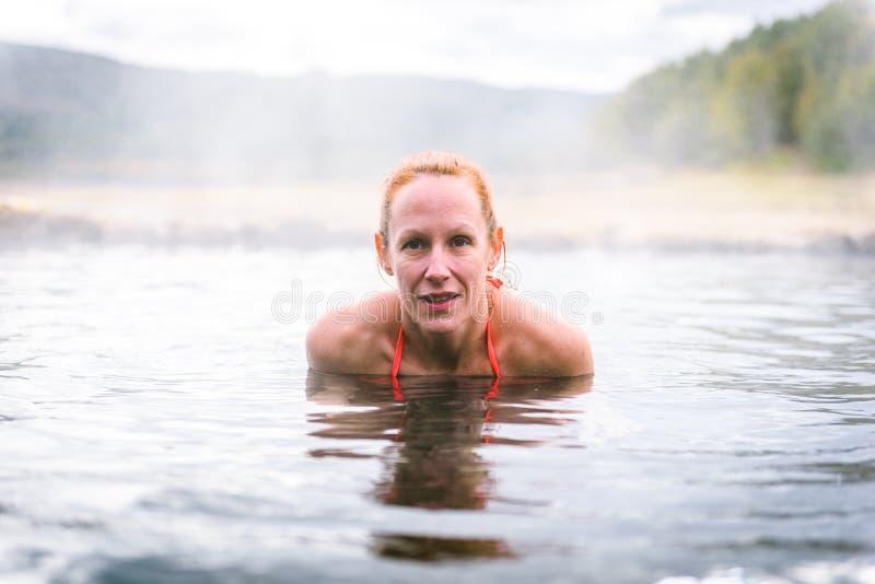 Η γυναίκα χαλαρώνει και απολαμβάνει τη φυσική καυτή θερμική ρωμαϊκή SPA νερού στοκ φωτογραφίες