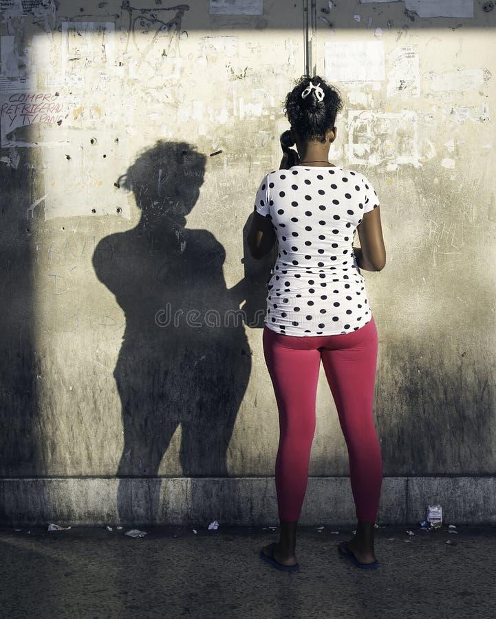 Η γυναίκα χρησιμοποιεί ένα κοινό πληρώνει το τηλέφωνο στην Αβάνα, Κούβα στοκ εικόνες με δικαίωμα ελεύθερης χρήσης